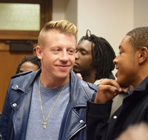 Macklemore_with_Participant