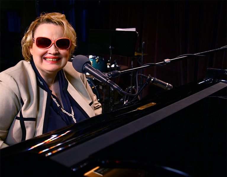Singer Diane Schuur at piano